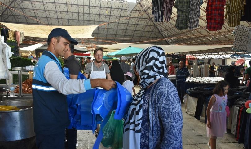 Şahinbey Belediyesi vatandaşlara kurban atık poşeti dağıttı
